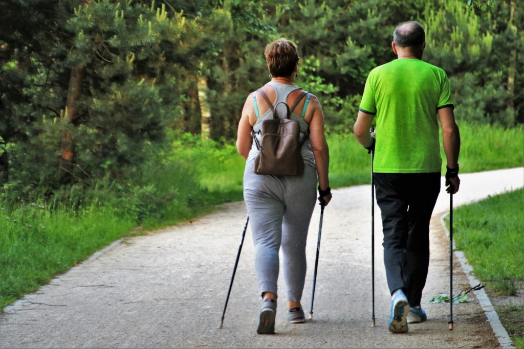 Nordic Walking ist ein guter Einstieg in den Laufsport, auch für Senioren.